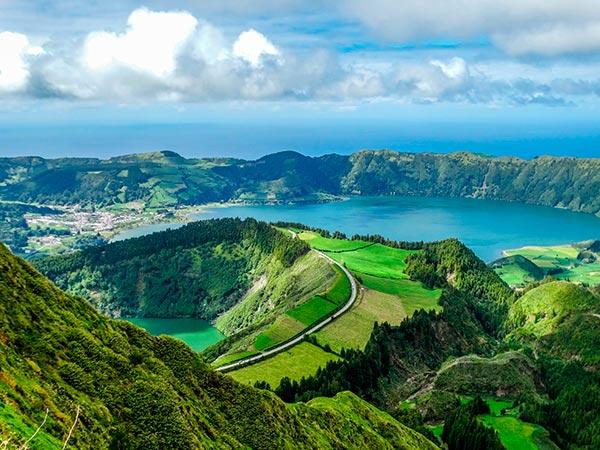 Lago verde y azul